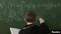 一学生在黑板做数学题(资料照片)