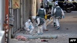 Cảnh sát pháp y Pháp tìm kiếm bằng chứng bên ngoài một tòa nhà ở Saint-Denis, nơi các lực lượng đặc biệt đã đột kích vào một chung cư, truy tìm những người đứng sau các cuộc tấn công đã cướp đi 129 sinh mạng tại Paris tuần trước, ngày 18/11/2015.