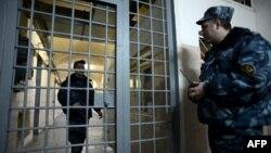 Bảo vệ đứng gác tại hành lang một nhà tù ở Moscow, Nga (ảnh chụp ngày 4/12/2013)