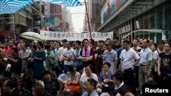 Người biểu tình tập trung trên đường phố trong khu mua sắm Mongkok ở Hồng Kông, ngày 30/9/2014.