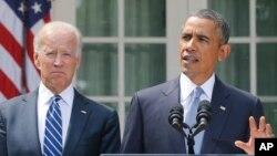 Serok Obama û Cîgirê Serok Joe Biden li baxçeyê Qesra Sipî, Şembî, 31'ê Tebaxê, 2013.