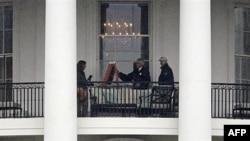Policajci fotografišu prozor Bele kuće u Vašingtonu, 16. novembra 2011.