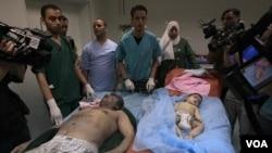 Pemerintah Libya menunjukkan korban warga sipil yang tewas akibat serangan NATO hari Minggu (19/6), termasuk dua orang anak-anak.