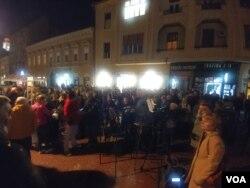 """Protest """"1 od 5 miliona"""" posvećen podršci uzbunjivaču iz Krušika Aleksandru Obradoviću, na Pozorišnom trgu u Novom Sadu, 1. novembra 2019. (Foto: Veljko Popović, VoA)."""