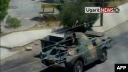 Hình ảnh từ 1 video nghiệp dư cho thấy 1 chiếc xe bọc thép trên đường phố Daraa, 30/8/2011