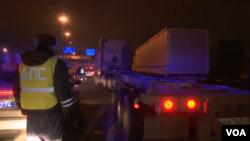 在莫斯科城郊與警察對峙的卡車司機們阻擋了一些道路的交通以抗議增收過路費。(視頻截圖)