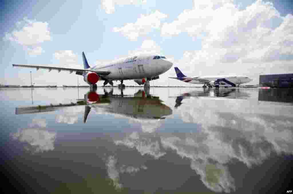 26 tháng 10: Máy bay Airbus A320 của hãng hàng không Thái đậu ở chỗ ngập lụt tại phi trường Don Muang gần Bangkok. REUTERS/Bazuki Muhammad