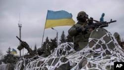 우크라이나 군이 8일, 동부 아르테미우스크 외곽의 데발체베를 향해 전진하고 있다.