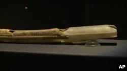 سازی شبیه فلوت ساخته شده از عاج ماموت، از تقریباً ۴۰ هزار سال پیش