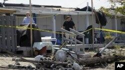 Cư dân xem xét các thiệt hại sau một cơn lốc xoáy ở New York, ngày 8/9/2012