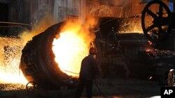 中国安徽省合肥市一家钢铁厂的一名工人在炼钢(2011年6月25号资料照)