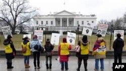 Các nhà hoạt động nhân quyền biểu tình bên ngoài Tòa Bạch Ốc, lên án thành tích nhân quyền của Trung Quốc, ngày 19/1/2011