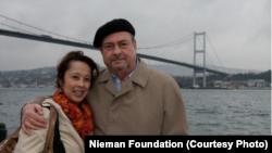 Uzun yıllar Amerika'nın Sesi bünyesinde çeşitli görevlerde bulunan ve geçtiğimiz aylarda hayatını kaybeden gazeteci Robert Long ve eşi Joan Rebecca Siregar Long