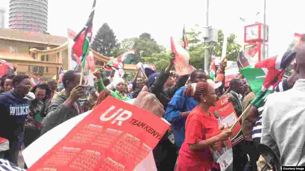 Wafuasi wa Jubilee wakisheherekea ushindi wa mahakama Nairobi.