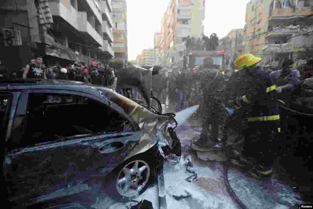 Yanğınsöndürənlər bomba hücumunun həyata keçirildiyi yerdə yanğını söndürməyə çalışır - Beyrut, 2 yanvar, 2013