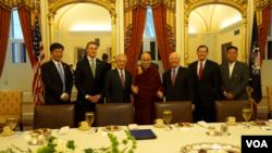 6月14日,国会参议院外交关系委员会在国会山欢迎达赖喇嘛,之后他们举行了会谈。