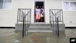 Nước ngập quanh nhà gia đình Lewis khi bão Isaac thổi vào thành phố New Orleans, tiểu bang Louisiana của Mỹ
