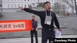 2013年3月31日,袁冬在北京西单文化广场敦促官员公示财产。(李蔚微博图片)