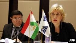 Yevropada Xavfsizlik va Hamkorlik Tashkilotining matbuot erkinligi bo'yicha vakili Dunya Miyatovich Dushanbeda (Tojikiston), 29-noyabr, 2011-yil
