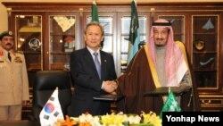 5일 사우디아라비아를 공식 방문한 김관진 한국 국방장관(왼쪽)과 살만 빈 압둘 아지즈 사우디아라비아 왕세제 겸 국방장관.