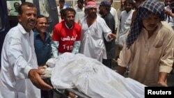6일 파키스탄 병원관계자와 시민들이 반군의 버스 공격으로 희생된 주민들을 옮기고 있다.