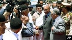 Shugaban kasar Afrika ta Kudu yana gaisawa da Firai Ministan kasar Libyai al-Mahmudi Baghdadi al-Mahmudi a birnin Tripoli.