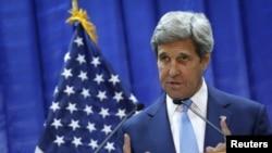 រដ្ឋមន្ត្រីការបរទេសអាមេរិក John Kerry ធ្វើសន្និសីទកាសែតនៅស្ថានទូតអាមេរិកនៅក្នុងក្រុងបាកដាដ កាលពីថ្ងៃទី៨ ខែមេសា ឆ្នាំ២០១៦។