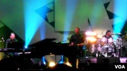 Dua musisi jazz Amerika, Jeff Lorber dan Jeff Pescatto memainkan 4 lagu ciptaan SBY dalam Java Jazz festival 2012 di Jakarta (foto: dok).