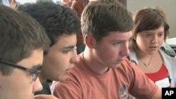 طالب علم آن لائن 'بجٹ ہیرو' گیم کھیلتے ہوئے