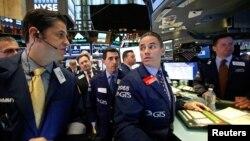 Para pialang saham di New York Stock Exchange (NYSE) di kota New York pada hari pemilu AS, Selasa (8/11).