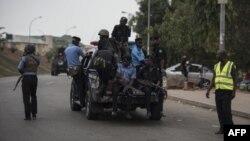 Police nigériane poursuivant des manifestants du Mouvement Islamique du Nigeria (IMN) à Abuja le 17 avril 2018.