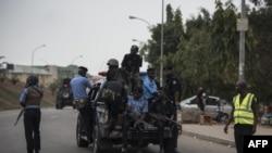 Des membres de la police nigériane poursuivent les manifestants du Mouvement islamique du Nigéria (IMN) à Abuja le 17 avril 2018.