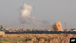 30일 이라크 정부군이 ISIL 점령지인 팔루자 탈환 작전을 수행 중인 가운데 팔루자 지역에서 연기가 치솟고 있다.