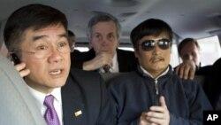 지난 2일 베이징 미국대사관에서 병원으로 이동 중인 천광청 변호사 (오른쪽)과 개리 로크 주중미국대사.