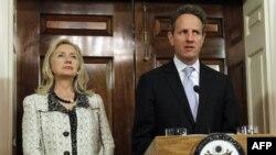Ngoại trưởng Mỹ Hillary Rodham Clinton (trái) và Bộ trưởng Tài chính Tim Geithner nói về lệnh trừng phạt mới đối với Iran tại Bộ Ngoại giao Hoa Kỳ ở Washington, ngày 21/11/2011