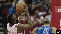 James Harden, Houston Rockets, contre Vince Carter (25) des Dallas Mavericks, le 8 décembre 2012. (AP Photo/Bob Levey)