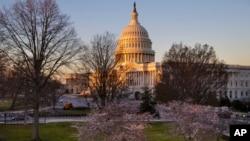 朝阳下的美国国会大厦(2017年3月23日)