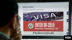 کمپوڈیا کا ایک شہری امریکی سفارت خانے کی ویب سائٹ پر ویزہ لاٹری پروگرام کا پیج دیکھ رہا ہے۔ اس پروگرام کے لیے درخواست دینے کی مدت 7 نومبر کو ختم ہو رہی ہے۔