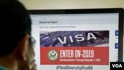 ពលរដ្ឋខ្មែរម្នាក់កំពុងមើលព័ត៌មានអំពីឆ្នោតផ្សងសំណាង Diversity Visa Program ទៅរស់នៅសហរដ្ឋអាមេរិកនៅលើគេហទំព័រស្ថានទូតសហរដ្ឋអាមេរិកប្រចាំកម្ពុជា កាលពីថ្ងៃព្រហស្បតិ៍ទី០៥ តុលា ២០១៧។ (ទុំ ម្លិះ/VOA)