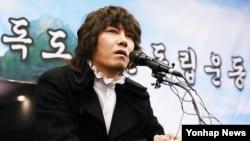 일본이 다케시마의 날 행사를 강행한 22일 한국 서울에서 독도 관련 기자회견을 가진 가수 김장훈 씨.