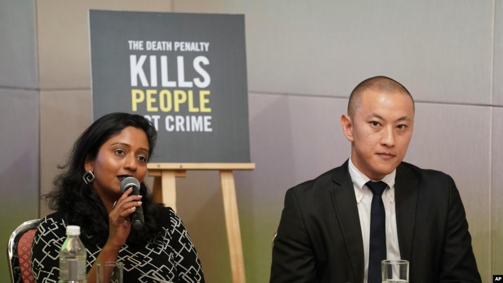 Shamini Darshni Kalimuthu, Direktur Eksekutif Amnesty International Malaysia, dan Brian Yap, Konsultan Riset Amnesty International Malaysia, dalam konferensi pers di Petaling Jaya, Malaysia, Kamis, 10 Oktober 2019.