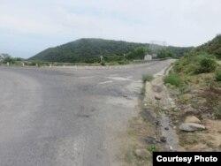 Con đường trải nhựa nối từ quốc lộ 1A trên đèo Hải Vân vào khu vực Bãi Chuối