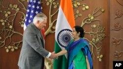 印度外长斯瓦拉杰在新德里与到访的美国国务卿蒂勒森握手。(2017年10月25日)