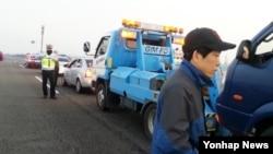 13일 한국에서 비공개로 대북 전단을 살포하려던 탈북자단체 자유북한운동연합이 경찰서로 강제 이송됐다. 사진은 이송 전 경찰이 이 단체를 제지하는 모습.