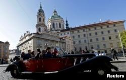 A vintage car with tourists drives through central Prague, Czech Republic, November 7, 2019. (REUTERS/David W Cerny)