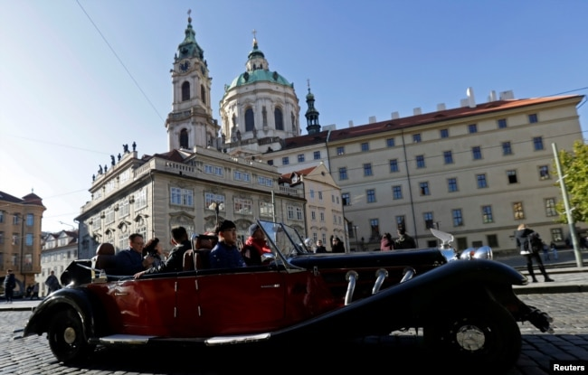 A vintage car with tourists drives through central Prague, Czech Republic, November 7, 2019. (REUTERS/David W Cerny)
