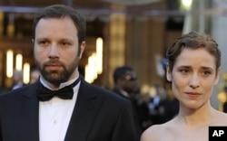 O Γιώργος Λάνθημος και η ηθοποιός Αγγελική Παπούλια προσέρχονται στην τελετή των Όσκαρ