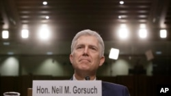 Jij nomine pou Kou Siprèm Etazini, Neil Gorsuch, devan Sena a nan seyans ratifikasyon li a nan Capitol Hill, Washington, 22 mas 2017 (Foto: AP/J. Scott Applewhite)