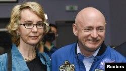 吉福茲今年從國會辭職以專心養病,旁為她的丈夫前宇航員馬克.凱利。