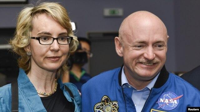 Bivša članica Predstavničkog doma Gabrijel Gifords i njen suprug Mark Keli, astronaut NASA-e.